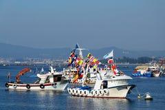 Fiskebåtar som är vita med flaggor Royaltyfria Foton