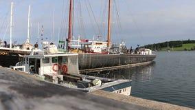 Fiskebåtar som anslutas i den Lunenburg hamnen nära skymning - Nova Scotia, Kanada arkivfilmer
