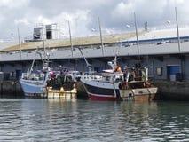 fiskebåtar som anslutas i hamnen Royaltyfria Foton