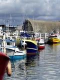 fiskebåtar som anslutas i hamnen Royaltyfri Foto