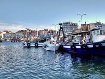 Fiskebåtar som anslutas i nolla-dungen Spanien arkivfoton