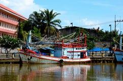 Fiskebåtar som anslutas på fiskhamnen Pattani Thailand royaltyfri bild