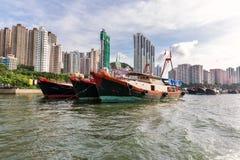 Fiskebåtar som förtöjas på den Aberdeen ön, Hong Kong Arkivfoton