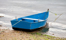 Fiskebåtar som förtöjas på kusten Arkivfoton