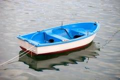 Fiskebåtar som förtöjas på kusten Fotografering för Bildbyråer