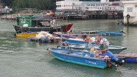 Fiskebåtar som parkerar på sjösidan av ett fiskeläge Royaltyfri Foto