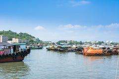 Fiskebåtar som parkerar på Yangjiang port, Kina Arkivfoton