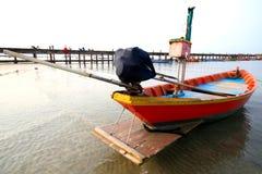 Fiskebåtar som parkeras på stranden Royaltyfria Bilder