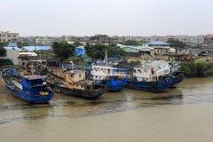 Fiskebåtar som repareras i skeppsvarv Arkivbild