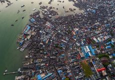 Fiskebåtar som svävar i havet från över, Bintan ö, Indonesien Royaltyfri Fotografi