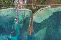 Fiskebåtar som svävar i havet från över, Bintan ö, Indonesien Arkivbilder