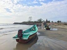 Fiskebåtar som till varandra binds i stranden av Mahabalipuram Arkivbilder
