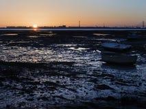 Fiskebåtar strandade i den våta sanden på solnedgången Royaltyfria Foton