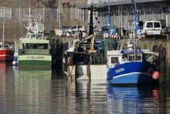 Fiskebåtar tillsammans med hamnplatsen Arkivfoton