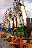 Fiskebåtar väntar på avlastningen av den nytt fångade fisken royaltyfri bild