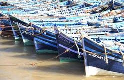 Fiskebåtar väntar på en utgång royaltyfri foto