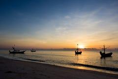 Fiskebåtarna på havet i morgonen arkivbilder