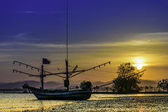 Fiskebåtarna på solnedgången Royaltyfri Foto