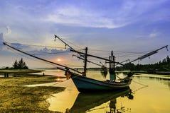 Fiskebåtarna på solnedgången Arkivfoton