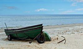 Fiskebåten ankrade på den sandiga stranden av Östersjön Royaltyfria Bilder
