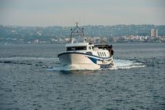 Fiskebåten går tillbaka till port Fotografering för Bildbyråer