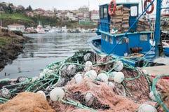 Fiskebåten och förtjänar Fotografering för Bildbyråer