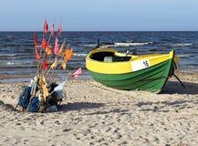 Fiskebåten och förtjänar på kusten av Östersjön Arkivfoto