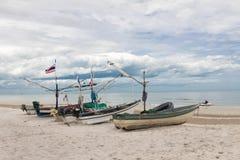 Fiskebåten parkerar på stranden med havsbakgrund Royaltyfri Bild