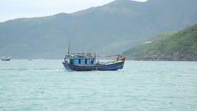 Fiskebåten seglar på havet stock video