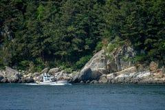 Fiskebåten seglar passerandet sörjer trädön royaltyfri bild