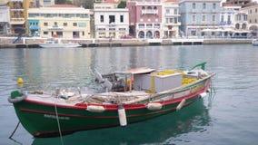 Fiskebåten står på pir i klart vatten viet för nam för strandfartygdanang fiske 4K arkivfilmer