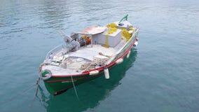 Fiskebåten står på pir i klart vatten viet för nam för strandfartygdanang fiske 4K lager videofilmer