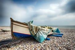 Fiskebåt på strand på Budleigh Salterton Arkivfoto