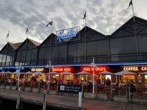 FiskebåthamnFremantle Kailis restaurang Arkivbild