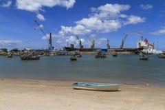 Fiskebåtparkering på branschkranar Royaltyfri Fotografi