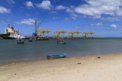 Fiskebåtparkering på branschkranar Royaltyfria Bilder