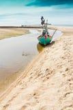 Fiskebåtparkering på sidan arkivbild