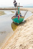 Fiskebåtparkering på sidan arkivfoton