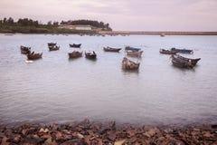 Fiskebåtskeppsdocka på skymning Arkivfoto
