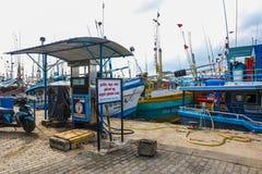 Fiskebåtställning i den Mirissa hamnen, Sri Lanka Arkivfoto