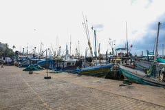 Fiskebåtställning i den Mirissa hamnen, Sri Lanka Royaltyfria Foton