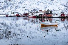 Fiskeb?tsv?va och reflexion p? kusten i scandinavian by arkivfoto