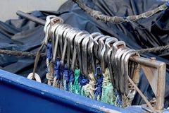 Fiskebåttrålarekrokar Arkivbild