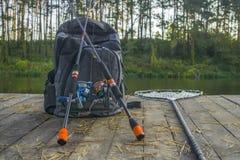 Fiskebakgrund av snurrstången med rullen och håv fotografering för bildbyråer