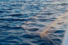 Fiskebåt med ett netto i havet Arkivbilder