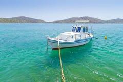 Fiskebåt på segla utmed kusten av Crete Arkivbild