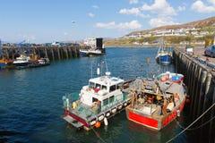 Fiskebåtar i hamnen Mallaig Skottland UK port på västkusten av den skotska Skotska högländerna nära ön av Skye i sommar Arkivfoton