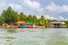Fiskebåtar på den KohKho Khao ön Arkivbilder