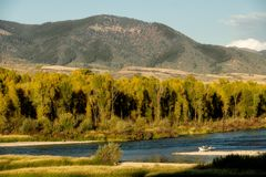 Fiskedrivafartyget svävar ner Snaket River i Idaho under t royaltyfria foton