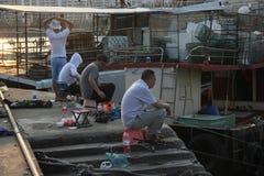 Fiskeentusiaster i shekoufiskeport Royaltyfria Bilder